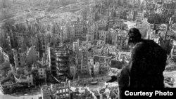 """Вид с башни Ратуши на разрушенный центр Дрездена. 1945 [Фото — <a href=""""http://www.muar.ru/exibitions/2006/exibit_10_05_2006_skytoearth.htm"""" target=""""_blank"""">© МУАР</a>]"""