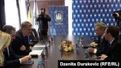 Johann Sattler (desno) u razgovoru sa gradonačelnikom Bihaća Šuhretom Fazlićem