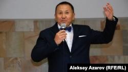 Бизнесмен Нұрлан Смағұлов жеке коллекциясы қойылған көрменің ашылуында сөйлеп тұр. Алматы, 27 тамыз 2015 жыл.