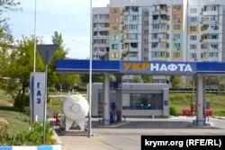 Закрытая бензозаправка в Крыму. 7 июня 2014 года.