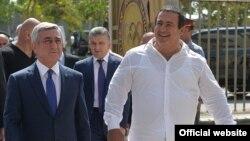 Президент Армении Серж Саргсян (слева) и председатель Национального олимпийского комитета Армении Гагик Царукян посещают строящийся олимпийский городок, Ереван, 11 сентября 2015 г.