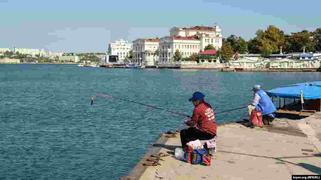 Женщины-рыбачки ловят рыбу в Артиллерийской бухте