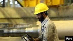 کارگری در کارخانه فولادسازی در قم، عکس تزئینی است