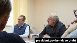 Аляксандар Лукашэнка 10 кастрычніка наведаў СІЗА КДБ, дзе сустрэўся з палітвязьнямі. Побач зь ім Юры Васкрасенскі.