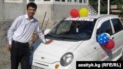 Студент таксист Бектеналы Абдрахманов машинеси менен. Ош, 31-август, 2014.