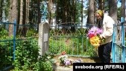 Валянціна Быкава каля магілаў бацькоў, 2014 год