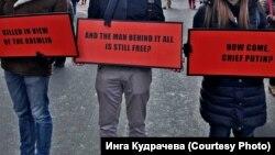 """Москва, 25 февраля, активисты с плакатами в стиле """"трех билбордов"""" на марше памяти Бориса Немцова"""