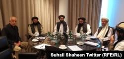 زلمای خلیلزاد و رهبران سیاسی طالبان در قطر هنگام گفتوگوی تلفنی با دونالد ترامپ در اسفند ماه ۹۸