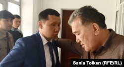 Adwokat Abzal Kuspan (çepde). Atyrau, 2020-njy ýylyň apreli.