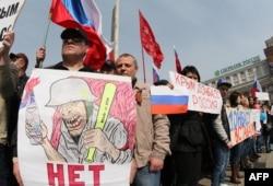 Пророссийские активисты во время митинга в центре Донецка, 15 марта 2014 года