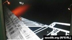 """Мост, решёточные перила которого обрушились во время концерта в парке отдыха """"Озеро молодёжи"""". 9 агуста 2015 года, Ургенч."""