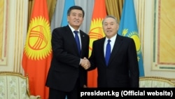 Президенты Казахстана и Кыргызстана Нурсултан Назарбаев (справа) и Сооронбай Жээнбеков. Астана, 25 декабря 2017 года.