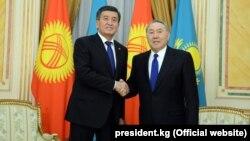 Президенты Кыргызстана и Казахстана Сооронбай Жээнбеков и Нурсултан Назарбаев после подписания договора о демаркации границы. Астана, 25 декабря 2017 года.