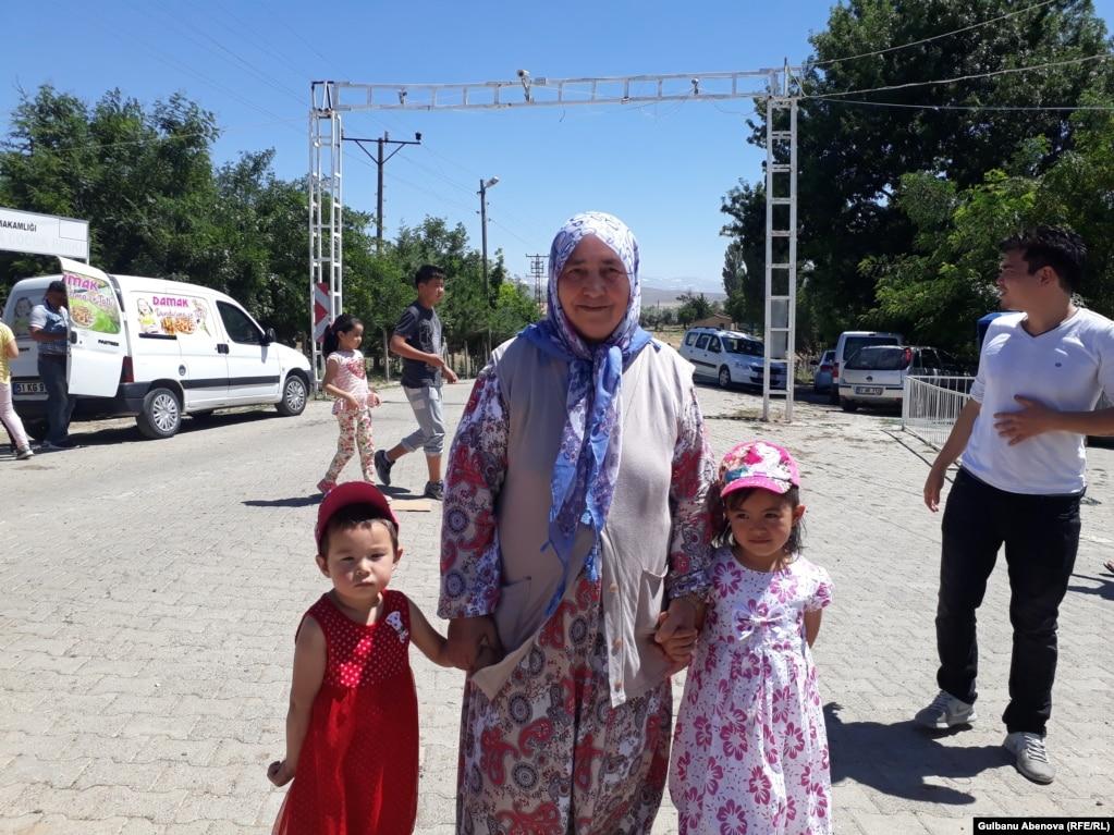Другая женщина в годах  ndash  Фатма Сесигузаль  ndash  родом из местности  Кайсеры. Она 49fbe46a1c7