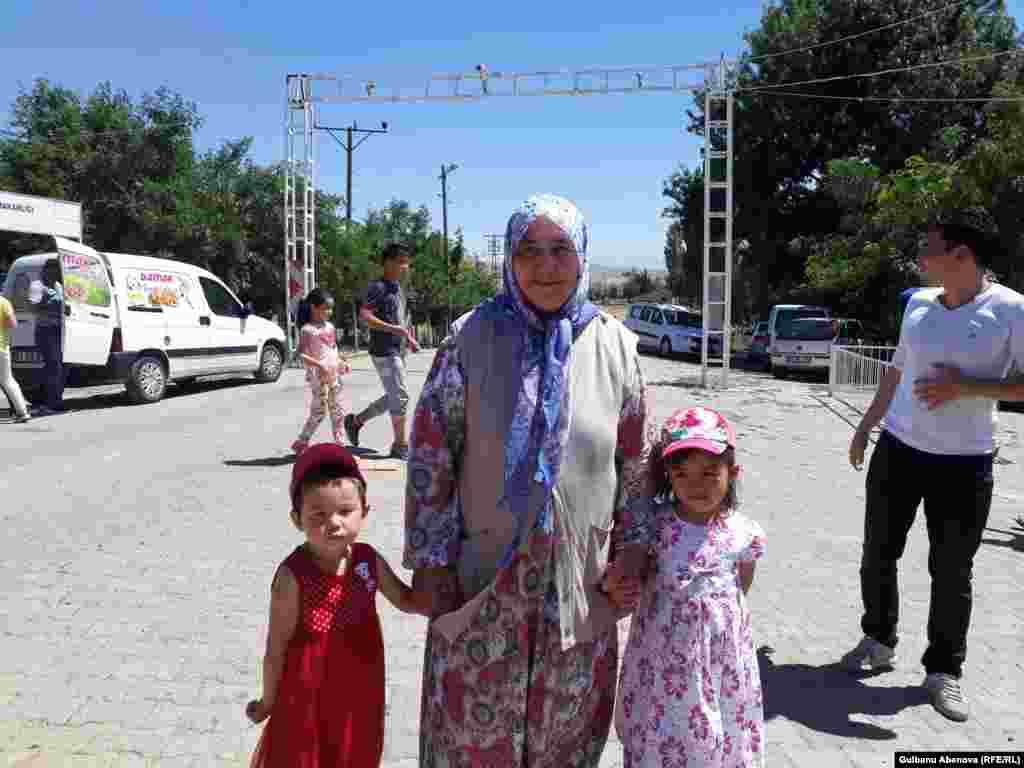 Другая женщина в годах – Фатма Сесигузаль – родом из местности Кайсеры. Она вышла замуж за алтайского казаха Юсуфа Сесигузаля и родила 11 детей. Она, в отличие от этнических казашек, хорошо говорит на казахском языке и тоже считает себя казашкой. Она с гордостью подчеркивает, что все ее дети создали семьи с этническими казахами. Из 11 ее детей только один сын решился переехать жить на родину предков – в Казахстан. Он с семьей живет в Атырау, получил казахстанское гражданство. Этим фактом Фатма-аже тоже гордится. Ее внучки не похожи на нее, турчанку, они похожи на казашек. Но у них турецкие имена.