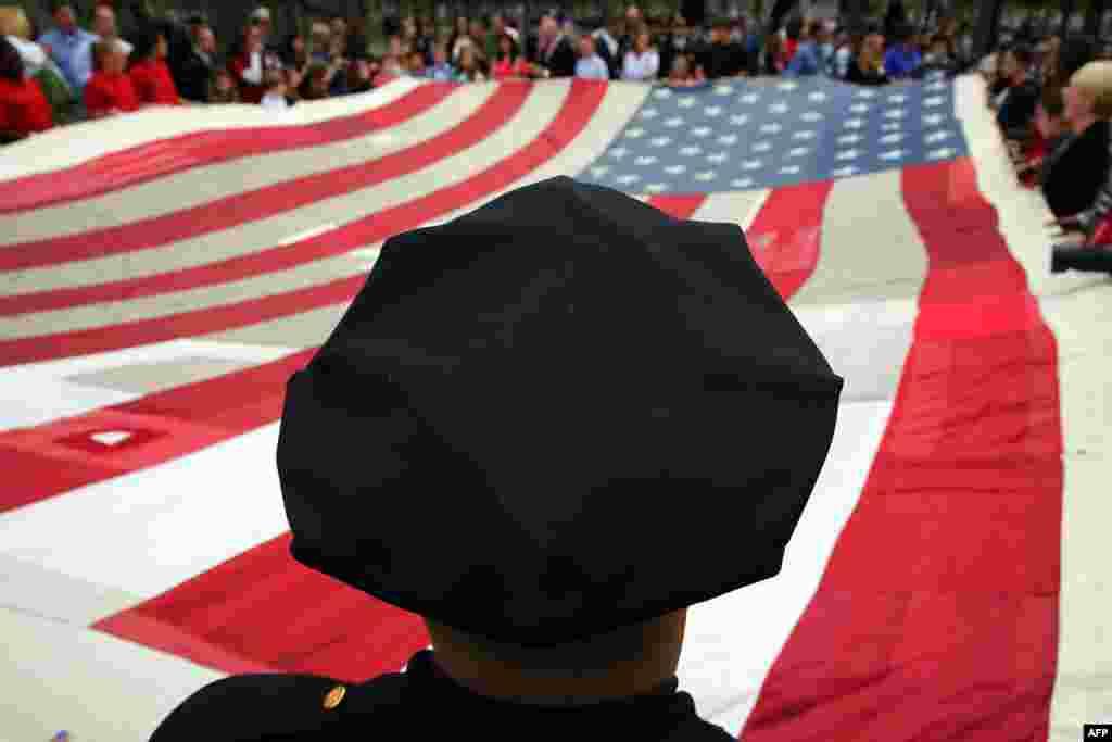 در ماه مه نیروهای پلیس، آتشبانها و دیگر امدادگران و نیروهای نظامی آن کشور در مراسم انتقال پرچم ملی به موزهای که به یاد حملات برپا شده، شرکت کردند.