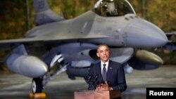 Барак Обама біля винищувача F-16 у Варшаві, 3 червня 2014 року