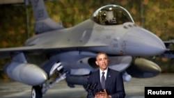 Primele remarci la sosirea la Varșovia pe fundal cu un avion de luptă F-16.