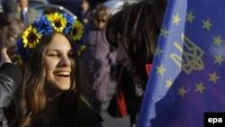 Молодые люди на Майдане Незалежности в Киеве. 21 марта 2014 года.
