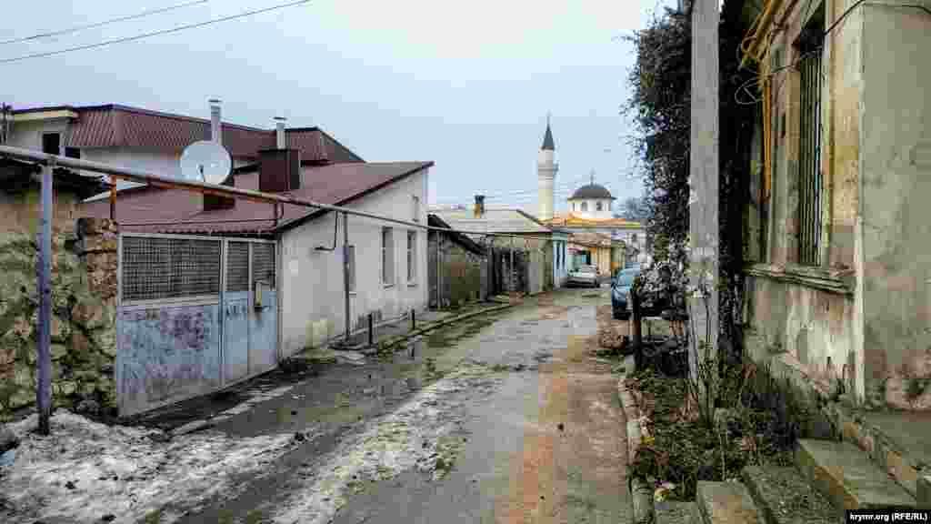 С улицы открывается красивый вид на Кебир-Джами – главную соборную пятничную мечеть в Симферополе