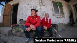 Арстанбек 32 жашта. Ал аялы Зулайка жана эки уулу менен Бишкектин четиндеги чакан үйдө күн кечирет.