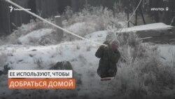 Жители Сибири добираются домой по канату