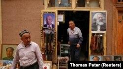 Портреты Мао, Ленина и Маркса у магазина в Синьдзяне