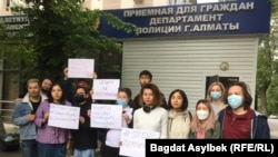 Активисты «Oyan, Qazaqstan» у здания полиции, куда был доставлен администратор сатирического паблика Qaznews24 Темирлан Енсебек после проведенного у него обыска. Алматы, 15 мая 2021 года.