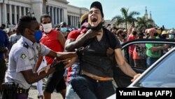Полицията арестува участник в демонстрацията в Хавана на 11 юли 2021 г.