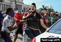 Letartóztatnak egy embert a Miguel Diaz-Canel elnök elleni havannai tüntetésen, 2021. július 11-én
