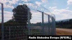 Fotografitë e para të gardhit me tela gjemborë në kufirin Serbi-Maqedoni e V.