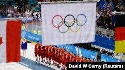 Az orosz olimpiai hokicsapat tagjai aranyéremmel a nyakukban, az orosz zászló helyett a 2018-as Téli Olimpián az olimpiai zászló került felvonásra. Phjongcshang, Dél-Korea, 2018. február 25.