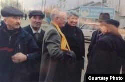 Гражданские активисты в дни кампании по выборам президента Казахстана. Максут Калиев — первый слева, Петр Своик — третий слева. Павлодар, 2005 год.