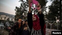 Pakistanın İslamabad şəhərində gənc müsəlman qız Milad yolkası qarşısında şəkil çəkdirir. Fotoqraf: Zohra Bensemra/Reuters