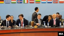Министерот за надвпрешни работи Никола Попоски, премиерот Никола Груевски и генералниот секретар на НАТО Андерс Фог Расмусен на состанок на Северноатланскиот совет во Брисел на 25 јануари 2012 година.