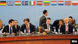 Министерот за надвoрешни работи Никола Попоски, премиерот Никола Груевски и генералниот секретар на НАТО Андерс Фог Расмусен на состанок на Северноатланскиот совет во Брисел на 25 јануари 2012 година.