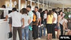 Люди стоят в очереди на ярмарке вакансий. Атырау, 5 сентября 2009 года. Иллюстративное фото.