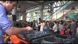 Паризьке метро в обідній час перетворюється на дискотеку, де можна потанцювати й пожувати