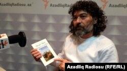 «Qanun» nəşriyyatının direktoru Şahbaz Xuduoğlu verilişə bələdçilik edir.