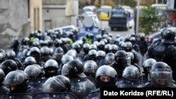 Тбилисидеги митингде полиция «чектен чыккан» демонстранттарга азырынча күч колдонгон жок.