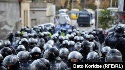 Грузия парламенті алдында тұрған полиция жасағы. Тбилиси, 18 қараша 2019 жыл.