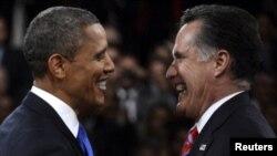 Barack Obama (majtas) dhe Mitt Romney përshëndeten pas debatit të tretë televiziv