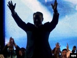 """Қазақстан президенті Нұрсұлтан Назарбаев (ортада) өзі басқаратын """"Нұр Отан"""" партиясының парламент сайлауында жеңіске жетуіне арналған шарада. Астана, 18 тамыз 2007 ж."""