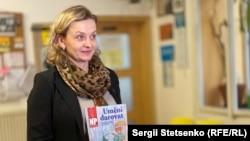 Даґмар Кочманкова тримає в руках журнал «Новий простір»