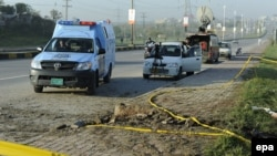 حضور نیروهای امنیتی پاکستان در محل انفجار بمب