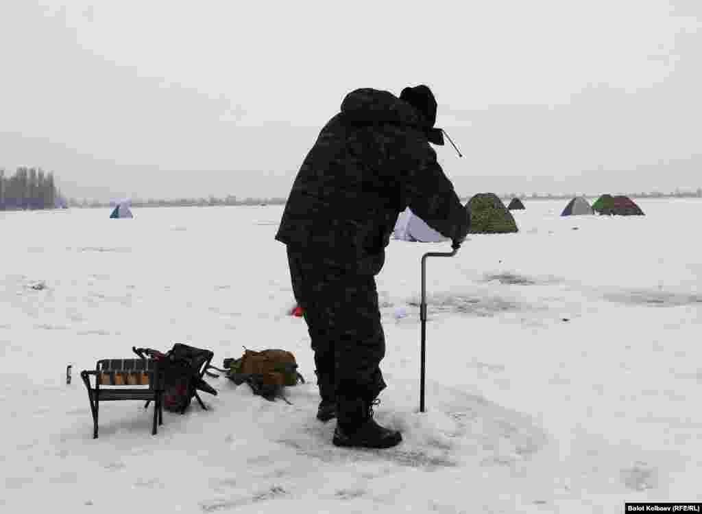 Подготовка к рыбалке - бурение лунки.
