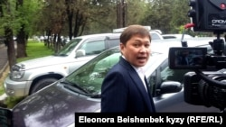 Kyrgyz ex-prime minister Sapar Isakov arrives for questioning by the state security committee on April 26 in Bishkek.