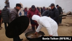 Приготовление к поминкам. Аул Тенге, 9 декабря 2012 года.