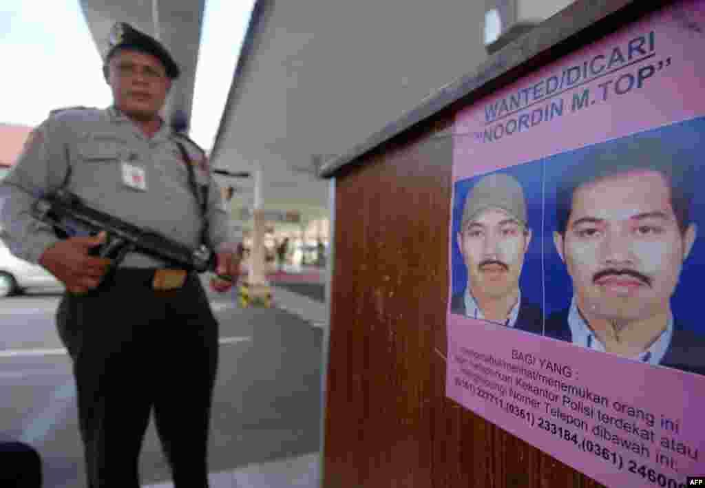 8 gusht '09 - Terroristi më i kërkuar në Indonezi, Nurdin Mohamed Top, është vrarë në një sulm të policisë, në rajonin qendror në Java, ka bërë të ditur stacioni televiziv Metro. Nurdin Mohamad Top, me nacionalitet malaizias, dyshohet se ka qenë një nga organizatorët kryesorë të atentateve që kishte ndërmarrë organizata terroriste, Xhema Islamija, nga viti 2000, siç ishte ai në Bali në vitin 2002, kur u vranë 200 veta.