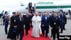 Папа Франциск на летовищі в Баку, 2 жовтня 2016 року